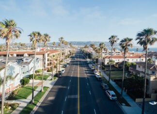 Are California employers required to provide health insurance?